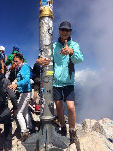 Auch im Alter aktiv - Iris Fischer an dem Gipfelkreuz der Zugspitze